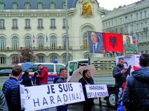Die Verhaftung des früheren Ministerpräsidenten des Kosovo Ramush Haradinaj in Frankreich (aufgrund eines alten serbischen Haftbefehls) bringt zusätzliche Unruhe in die Region. Dem Kriegsverbrechertribunal hatte sich Haradinaj freiwillig gestellt. Er wurde freigesprochen. Das Bild zeigt eine Demonstration von Kosovaren in Wien, vor der französischen Botschaft.