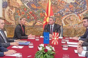 In Makedonien droht die zwischen den Sozialisten und den albanischen Parteien ausgehandelte Einführung von Albanisch als zweite Amtssprache im ganzen Land den Ausgleich zwischen den Volksgruppen zu gefährden. Staatspräsident Gjorge Ivanov hat sich deshalb geweigert, diese Regierungskoalition anzuerkennen.