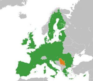 Die EU-28 (grün), Serbien und die Republik Kosovo. Die Anerkennung seiner ehemaligen Provinz ist eine der Voraussetzungen, um die Aufnahme Serbiens in die Europäische Union zu ermöglichen. Geographisch und kulturell wäre - wie die Karte veranschaulicht - diese Erweiterung jedenfalls konsistent.