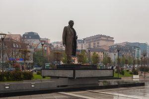 """Denkmal für Ibrahim Rugova, erster Präsident des freien Kosovo. Rugova wurde unter anderem mit dem """"Europapreis Coudenhove-Kalergi"""" ausgezeichnet. (c) Diego Delso, delso.photo, License CC-BY-SA"""