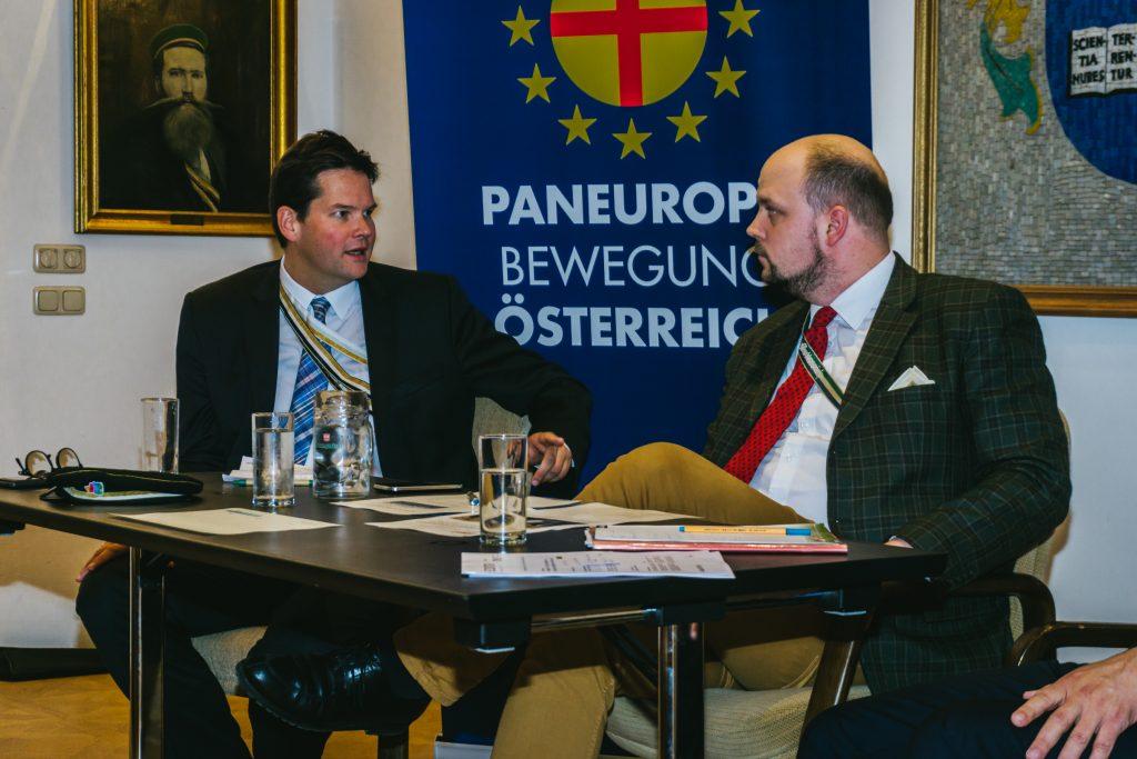 Lukas Mandl Anfang Oktober bei einer Podiumsdiskussion mit Paneuropa-Jugend-Chef Philipp Jauernik. © Stefan Denner