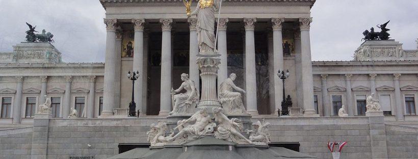 © kanaka. Quelle: https://commons.wikimedia.org/wiki/Category:Austrian_Parliament_Building?uselang=de#/media/File:Parlament_-_panoramio_(4).jpg
