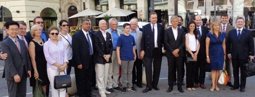 Karl von Habsburg mit einigen Teilnehmern des Prayer's Breakfast am Neuen Markt, Wien