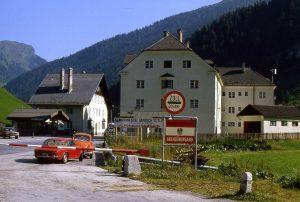 © Piergiuliano Chesi Die Grenze zwischen Österreich und Italien am Brenner im Jahr 1978. Mit Schengen fielen endlich die Grenzkontrollen zwischen Tirolern nördlich und südlich des Brenners weg.