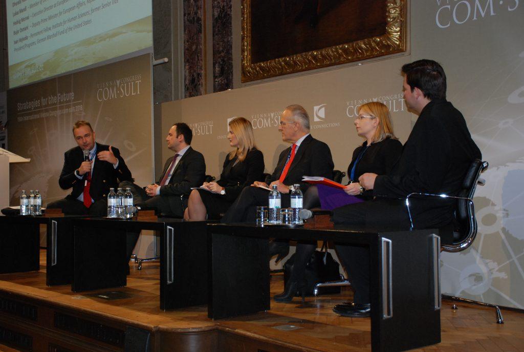 Das Panel - Moderator war Paneuropa-Präsident Karl von Habsburg. © lukasmandl.eu