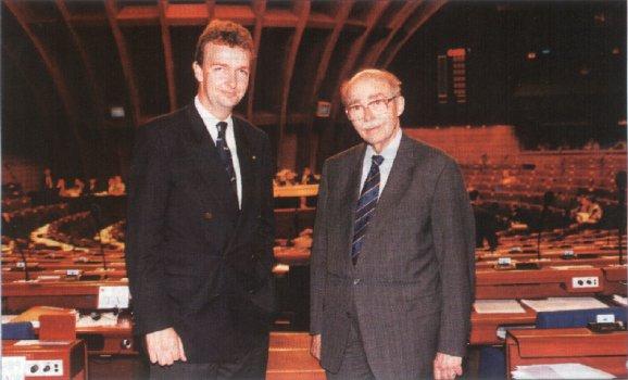 1997 in Straßburg: Vater Otto war damals Mitglied des europäischen Parlaments für die CSU, Sohn Karl für die ÖVP.